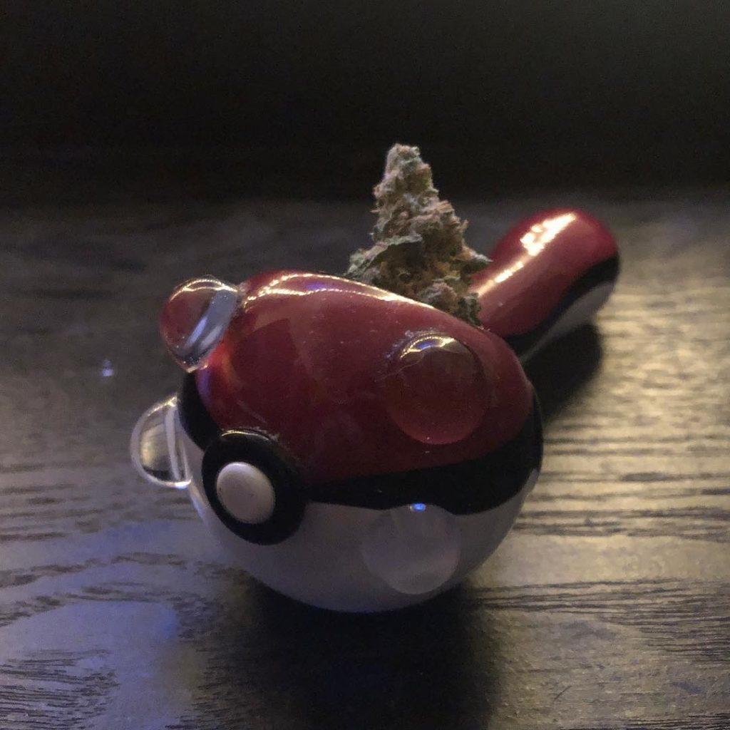 pipa de vidrio con marihuana
